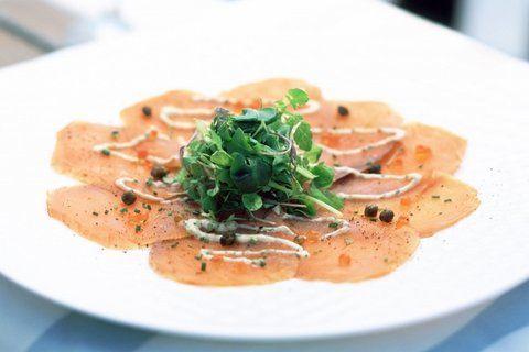 Tonijnmayonaise. Heerlijke saus die met zoveel te combineren valt. Over een carpaccio, over pasta, over een salade of over vlees. Deze saus kunt u ruim van te voren maken, de smaken worden vaak nog beter als het een dag heeft gestaan. (Natuurlijk in de koelkast)