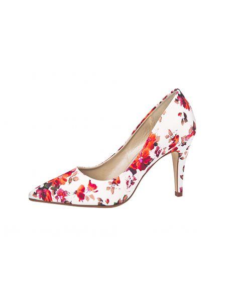 Bruidsschoenen van het merk Elsa Coloured Shoes. De schoenen zijn gemaakt van satijn, hebben een mooie bloemenprint en een hak van 9 centimeter hoog. De schoenen maken deel uit van de Rainbow Couture Collection. Deze schoenen kunnen niet geverfd worden.