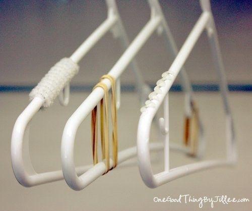 Coloque gotas de cola quente ou tiras de fita adesiva transparente em cada ponta dos seus cabides para evitar que as roupas escorreguem. | 23 truques brilhantes para cuidar de suas roupas que facilitarão sua vida