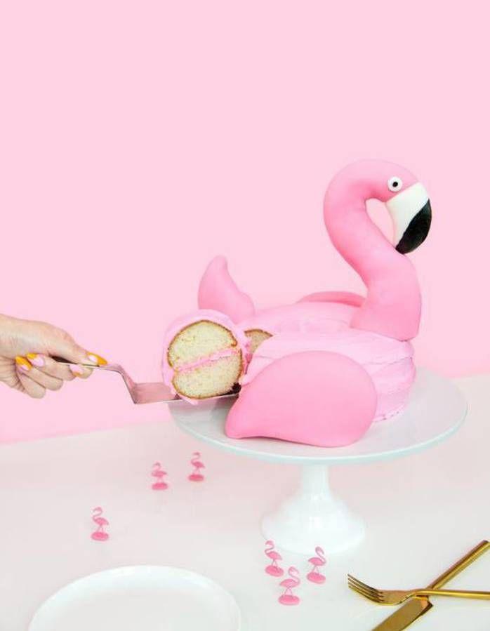 Layer cake, macaron, et surtout biscuits, cet été, on s'enflamme définitivement pour le flamant rose. Mode d'emploi. Comment réussir des gâteaux flamants roses  Alors, pour les imiter à la perfection, voici ce qu'il vous faut... Qu'on glace un simple gâteau avec du chocolat blanc coloré ou qu'on dessine l'animal sur de simples sablés, le colorant rose s'impose. Si les créations pastel sont poétiques à souhait, rien ne vaut les décorations rose vif, pop à souhait.