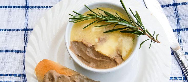 """""""Májka v žltej konzerve, skvelý chlieb a to všetko v modrom chlebníku. To je jedna z mnohých spomienok na detstvo v socialistickom Československu. Milovala som ju...Tak som si ju vyskúšala urobiť sama"""" píše Jana Čevelová. http://varme.sk/recipe/pasteta-z-kuracich-pecienok/?utm_source=fb&utm_medium=pasteta-z-kuracich-pecienok&utm_campaign=pinterest-main"""
