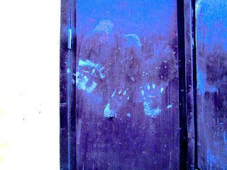 Street Art of North: Kalliomaalaukset, töherrys ja katutaide. Kalliomaalaukset, töherrys ja katutaide Kalliomaalaus toimi ennen kommunikoinnin välineenä - kuten hyvä katutaide nykyään, Kalliomaalauksen kädenjälki, jättää jälkensä historiaan, nyt ja ennen,  Nämä kädenjäljet johdattavat Karinin ateljeeseen Tukholman vanhassa kaupunissa. Gamla stan, old town of Stockholm. Kalliomaalaukset, töherrys ja katutaide. Street art, cave art, urban art, early art. Katutaidetta, kalliomaalaus.