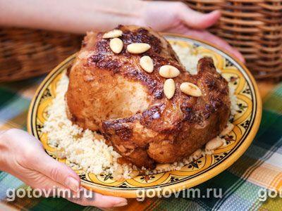 Курица, фаршированная кус-кусом с орехами и медом. Фотография рецепта