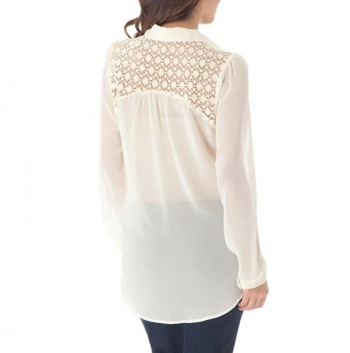 Para esta temporada de calor, esta blusa con espalda en encaje da un look fresco y juvenil.