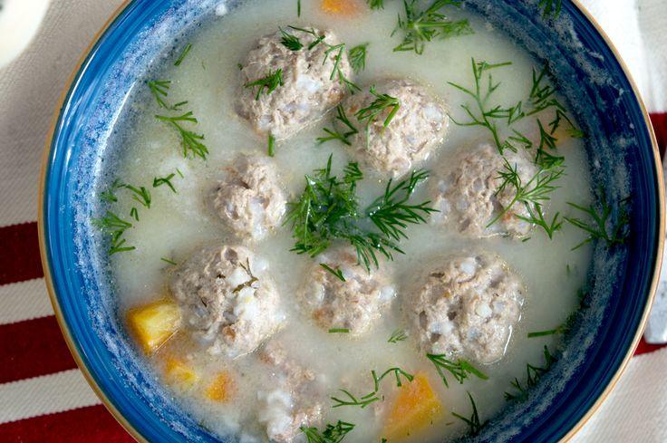 ΥΛΙΚΑ (33 ΓΙΟΥΒΑΡΛΑΚΙΑ)  600 γρ μοσχαρίσιο κιμά 1 μικρό κρεμμυδάκι, ψιλοκομμένο 1 μικρή ή ½ κανονική ντομάτα, ξυσμένη μόνο την ψίχα 75 γρ. ρύζι γλασέ 1 κ. σ. ελαιόλαδο αλάτι πιπέρι 3 λίτρα βραστό νερό 1 κ. σ. ελαιόλαδο 1 κ. σ. φυτικό βούτυρο 1 κύβο ζωμό βοδινού 1 μέτριο καρότο, καθαρισμένο και κομμένο σε κυβάκια 1 μέτριο κρεμμύδι, ψιλοκομμένο 2 κ. σ. άνηθο, ψιλοκομμένο 130 γρ. ρύζι γλασέ αλάτι πιπέρι 1 κ. σ. γεμάτη αλεύρι Για το αυγολέμονο:  1 αυγό, χωριστά ασπράδι - κρόκος χυμό ½ - 1…