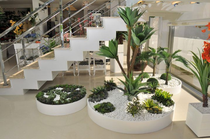 Ideas decorar bajo la escalera con guijarros y plantas for Decoracion de jardines interiores pequenos