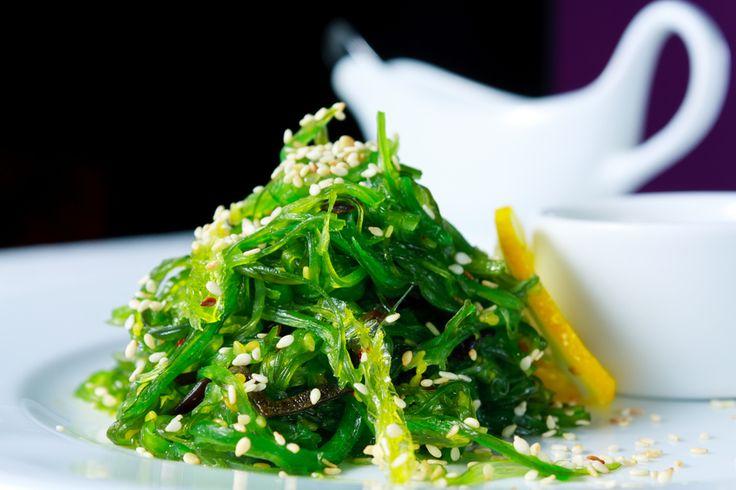 As algas, como são conhecidas as ervas marinhas, provavelmente fazem parte da sua alimentação diária e você nem se dá conta disso. Elas são usadas para muitas funções na culinária, além de medicamentos e até cremes dentais. - Veja mais em: http://www.maisequilibrio.com.br/nutricao/algas-na-alimentacao-como-beneficiar-se-delas-m0616-50817.html?pinterest-mat