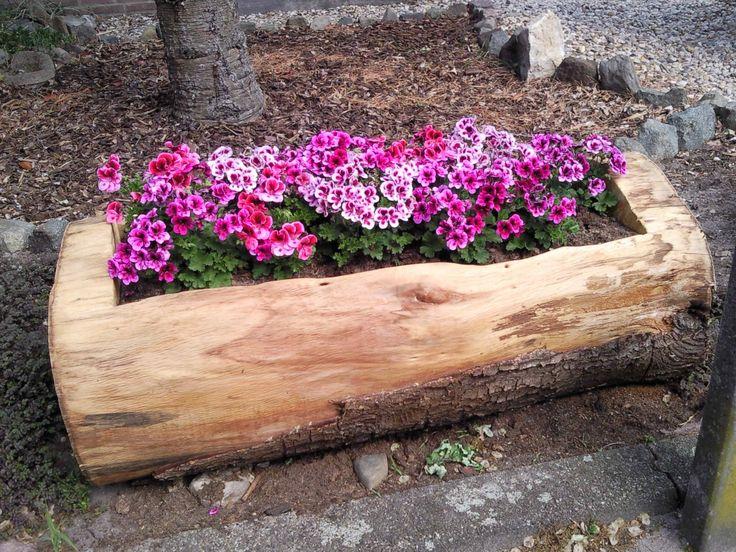 uit boomstam gemaakt door mijn handige man. Staat mooi in de voortuin.