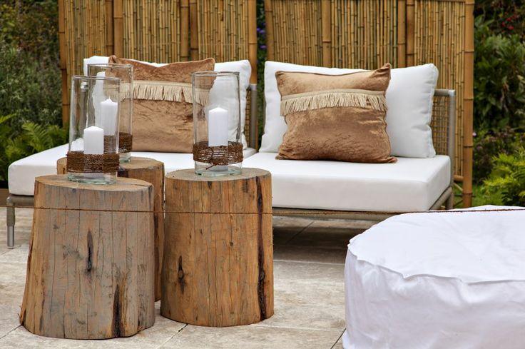 Nawet proste strongmeble ogrodowe/strong zyskają, jeśli ozdobimy je poduszkami, a na stole ustawimy dekoracje i świece. Zobacz inspiracje na ładne meble ogrodowe.