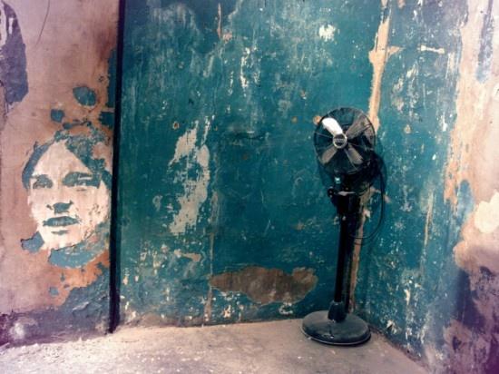 La obra del artista portugués Alexandre Farto está escondida en las viejas paredes, en rincones donde parece no haber nada y, de repente, ¡vemos una de esas misteriosas caras! Farto construye destruyendo, rompe y rasca en muros y piedras para crear obras de arte en las fachadas de muchas calles.