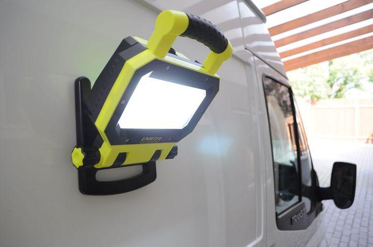 SLR 3000 akkumlátoros munkaterület megvilágító LEDlámpa – BetterLED - mágneses talpnak köszönhetően nagyon praktikusan használható.