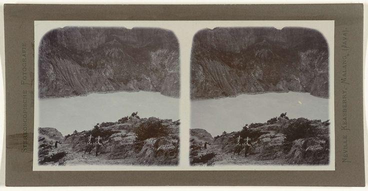 Neville Keasberry | Verplaatsen van zwavel met behulp van manden, Neville Keasberry, 1900 - 1935 | afkomstig uit het kratermeer van Ijen