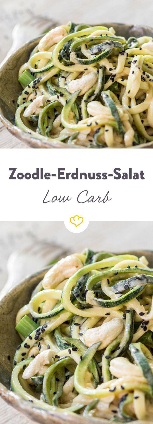 Kennst du Zoodles? Diese knackig-grünen Zucchinispaghetti? Hier als leichter Salat und mit einem herrlich cremigen Erdnussdressing.