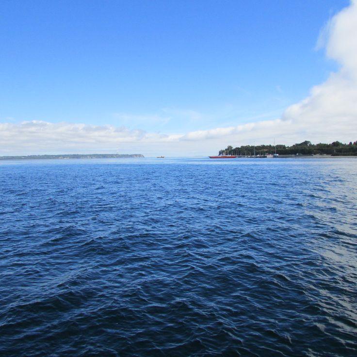 Canal de Chacao #Chiloé #Chile #Travel #Vacations   El canal Chacao es considerado por muchos biólogos como la puerta de entrada al pasado del mundo, porque una vez que se está en la isla se tiene acceso al Parque Nacional Chiloé, una de las pocas áreas boscosas que conservan el carácter primitivo de la flora y de la fauna.