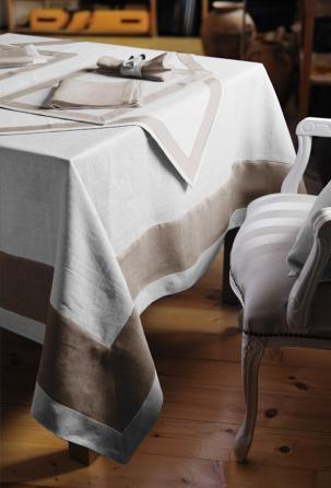 """Il pregiato lino della biancheria da tavola """"Valentina"""" è uno dei maggiori classici, decorato con una banda ad effetto in colore contrastante."""
