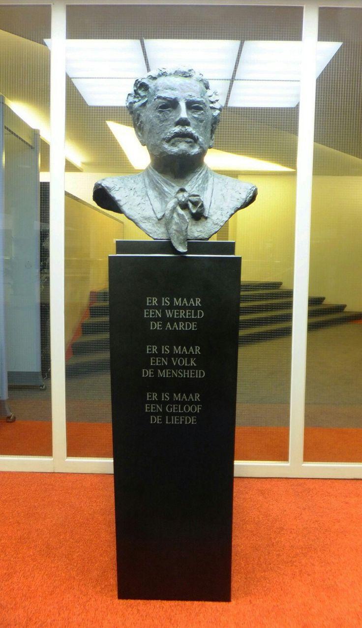 In de hal van het Amsterdamse stadhuis staat dit borstbeeld van Floor Wibaut (1859-1936). Hij was een Nederlands zakenman en politicus voor de SDAP, wethouder in Amsterdam. Maakster van het borstbeeld is Constance Wibaut, zijn kleindochter. De tekst op de sokkel is van hemzelf.