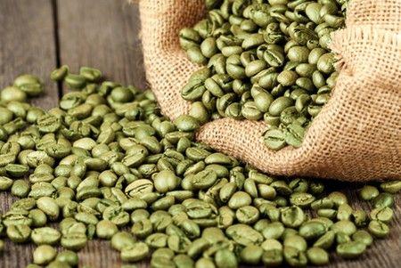 """O café verde emagrece? O café verde vem sendo utilizado nos últimos anos como um remédio popular para emagrecer e ter uma melhor qualidade de vida. Suas propriedades saciadoras da fome permitem planejar as refeições com conforto e segurança, controlando hábitos ruins como as """"beliscadas"""" fora de hora. Aprenda como prepará-lo para aproveitar seus benefícios. Leia mais: http://www.vivaplenamente.net/cafe-verde-emagrece/"""