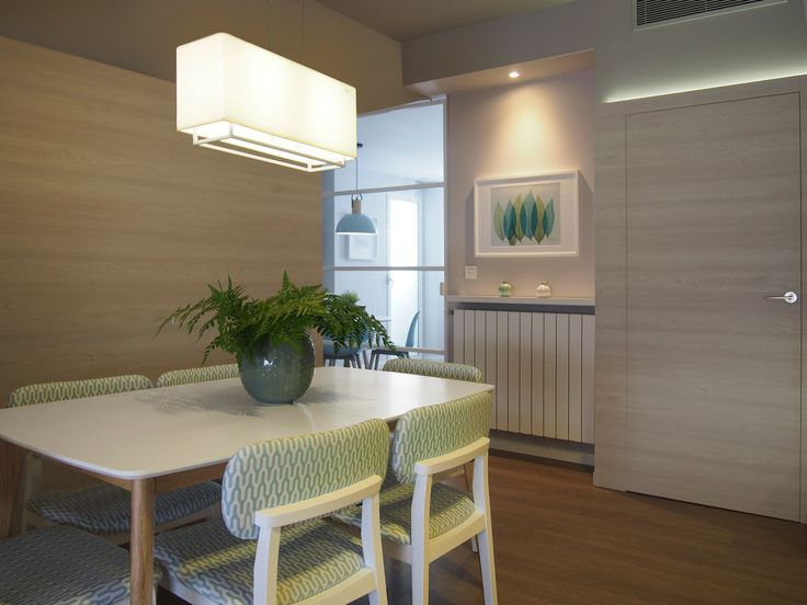 Salón diseño moderno inspiración nórdica. Mobiliario nórdico con tapizado geométrico. Revestimiento de paredes con melamina imitación madera. Suelo de tarima. Luz indirecta de LED. Proyecto diseñado y desarrollado por AZ diseño.