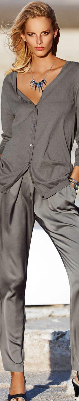 Die Basisfarben des Kühlen Farbtyps wirken alleine oder untereinander kombiniert immer klassisch, zeitlos, kompetent, elegant, seriös. Sie eignen sich besonders für Kostüme, Anzüge, Röcke, Jacken, Hosen, Mäntel , teilweise auch Accessoires wie Taschen und Schuhe. Farbnuancen: Offwhite, Silber, Blaugrau, Taubenblau, Graubraun, Violettschwarz, Dunkelblau, Mitternachtsblau, Butterschokoladenbraun; Kerstin Tomancok / Farb-, Typ-, Stil & Imageberatung