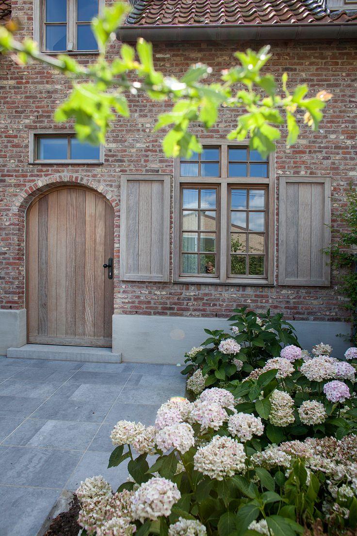 Steen, stuc rand en naturel houten kozijnen, geweldig mooi!