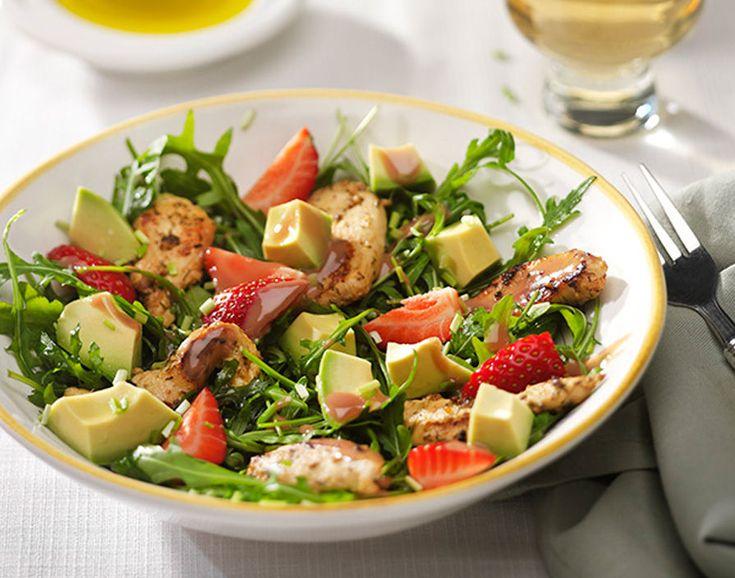 Goede salades wisselen kleur, smaak en textuur met elkaar af. Kip, aardbei en avocado vormen tezamen met frambozendressing de basis voor deze frisse, vrolijke en rijkgevulde salade, die als bijgerecht of hoofdgerecht gegeten kan worden.