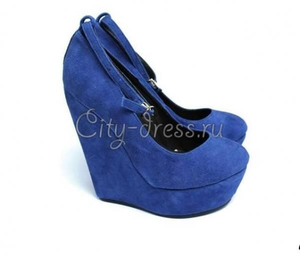 Синие туфли на танкетке