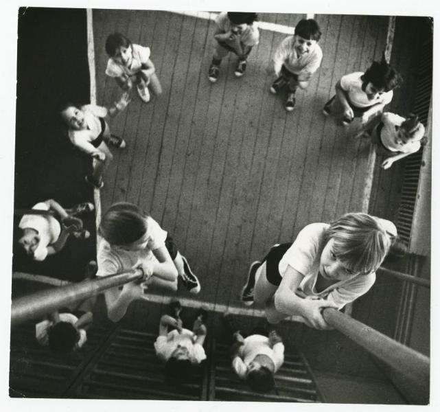 Лазание по шесту. На уроке физкультуры в средней школе № 15 - История России в фотографиях