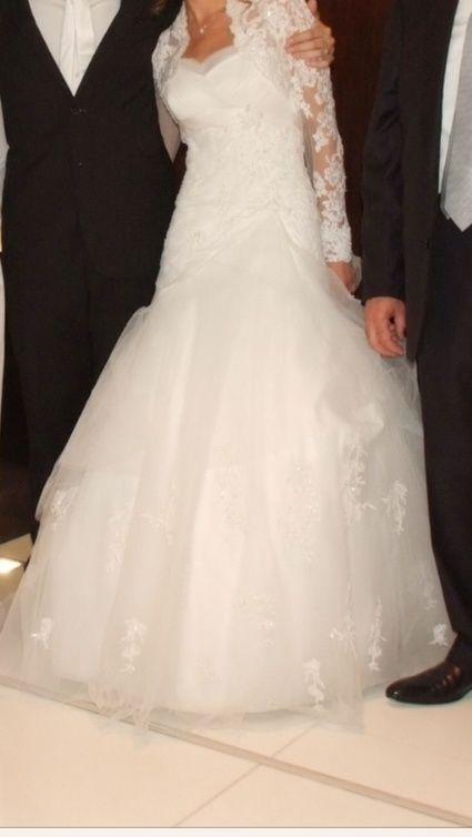 robe de mariée bustier et longue traîne en dentelle perlée  Robes ...