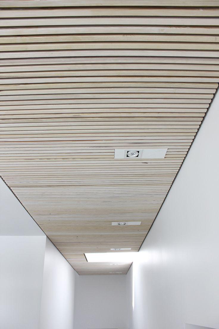 Rummet føles behageligt og opleves akustikken god. Trælisteloftet absorbere lyden i rummet og gør taleforståelsen god og tydelig.