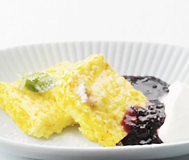 Ett charmigt recept på söt saffranspankaka som passar utmärkt att servera som dessert på fest. Du gör efterrätten av bland annat risgrynsgröt, saffran, mandel, ägg och grädde. Utsökt att servera med vispad grädde och sylt.
