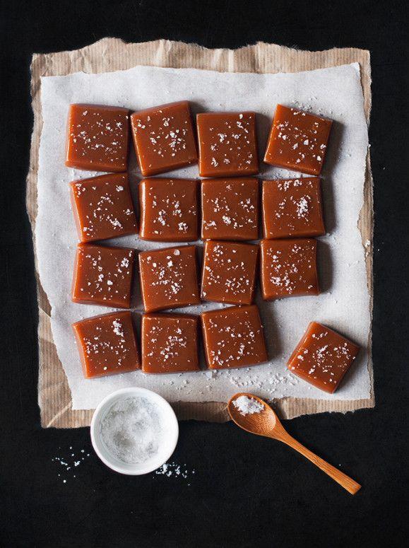 Caramels en fête Cela fait un bout de temps que j'ai une énorme envie de caramels au beurre salé ! Et l'occasion des fêtes est toute trouvée pour offrir un brin de douceur à ceux que j'aime. Dans cette recette, rien de compliqué ! Toutefois, l'utilisation...