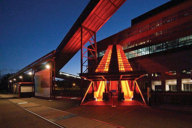 SPACE | 쇠퇴한 탄광지대인 독일 촐페라인(Zolverein)은 독일과 네덜란드의 문화관광 협력 프로젝트인 크로스 아트의 결과물 중 하나로, 라인 강 일대에 12개 미술관을 꾸민 프로젝트 이다. | Lexus i-Magazine 다운로드 ▶ www.lexus.co.kr/magazine #Lexus #Magazine #space #zolverein