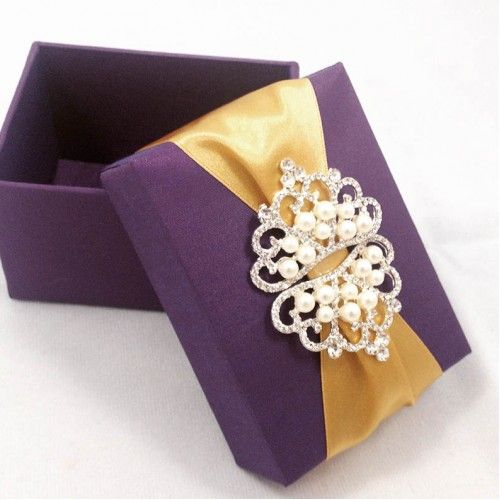 Luxurious Ivory Wedding Favor Box With Large Pearl Brooch And Lace