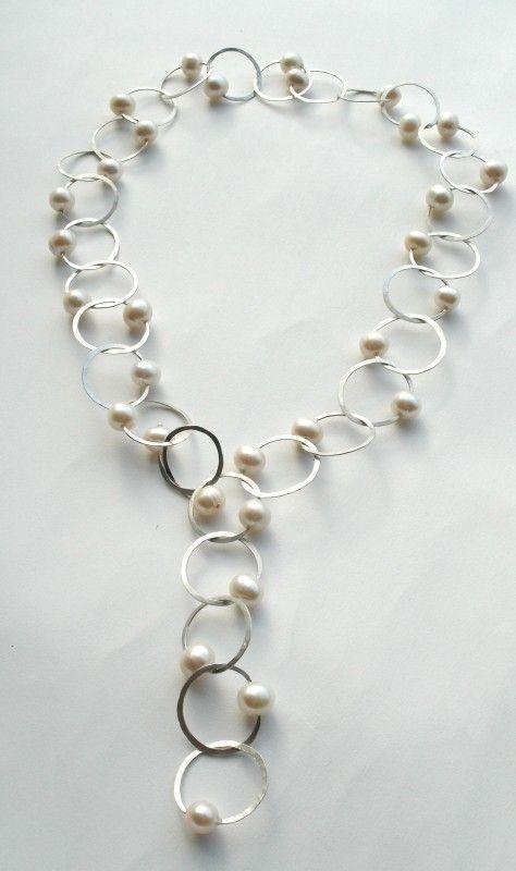 Geslagen ringen collier met witte zoetwaterparels