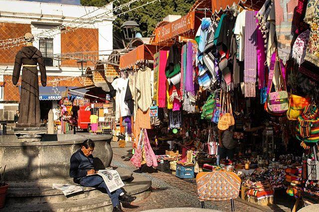 El Parian, artisan market. #puebla #mexico #art #market #mexicanmarket #mexicanart #mexicanculture #colors #streetphotography #artisan #handmade #arquetopia #artspace #artlovers #architecture #travel #arquetopia