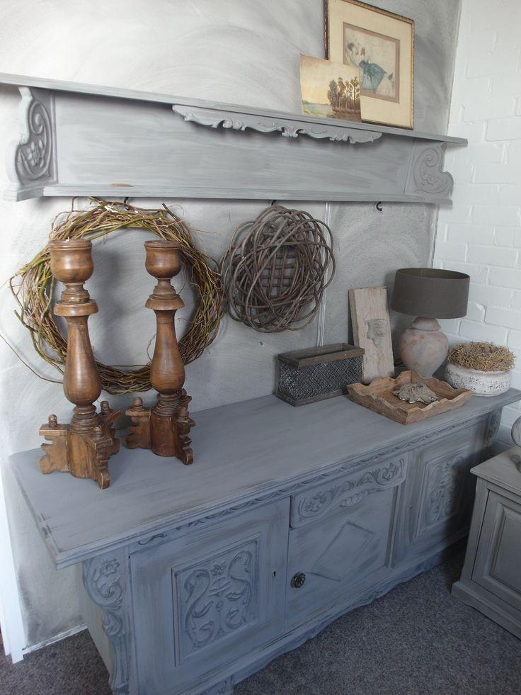 Oud dressoir met plank, grijze krijtverf en zwarte dry brush
