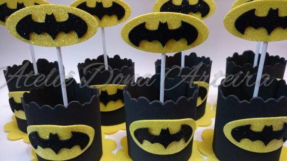 Lindo centro de mesa em eva. Detalhes do simbolo do batman em eva gliter. Deixe sua festa ainda mais bonita.
