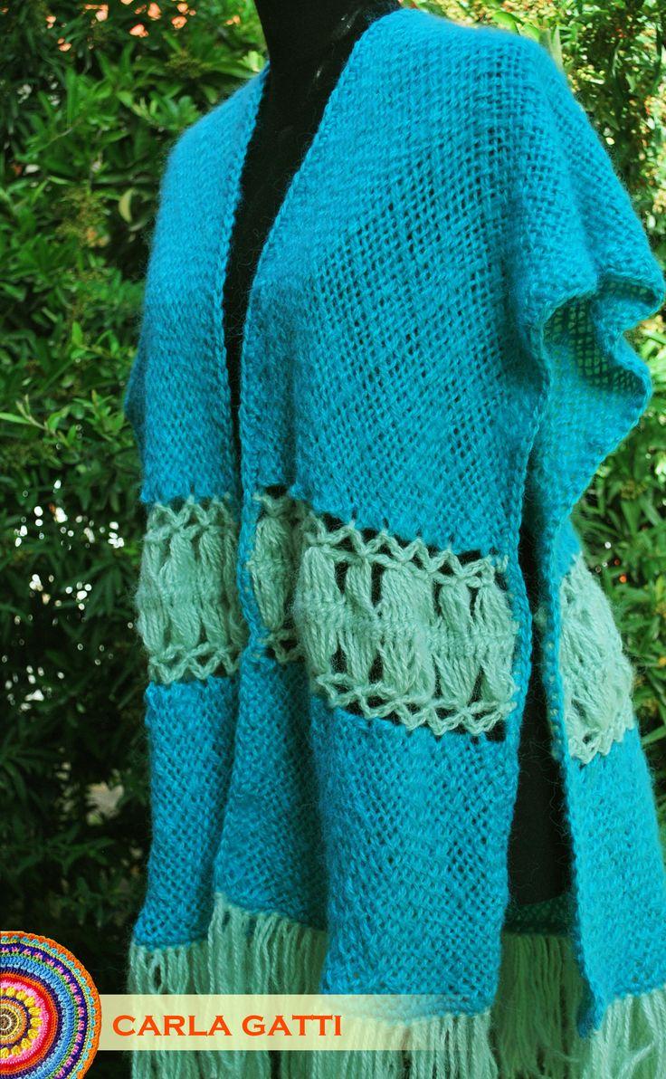 Ruana Helena tejida en telar rectangular y horquilla con lana mohair en la gama de los verdes.  carlagatti.blogspot.com.ar