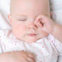 Vidéo : un massage spécial sommeil de bébé