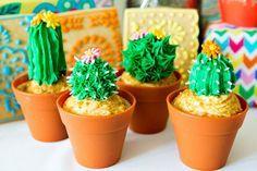 festa mexicana infantil com cupcakes em forma de cactos.