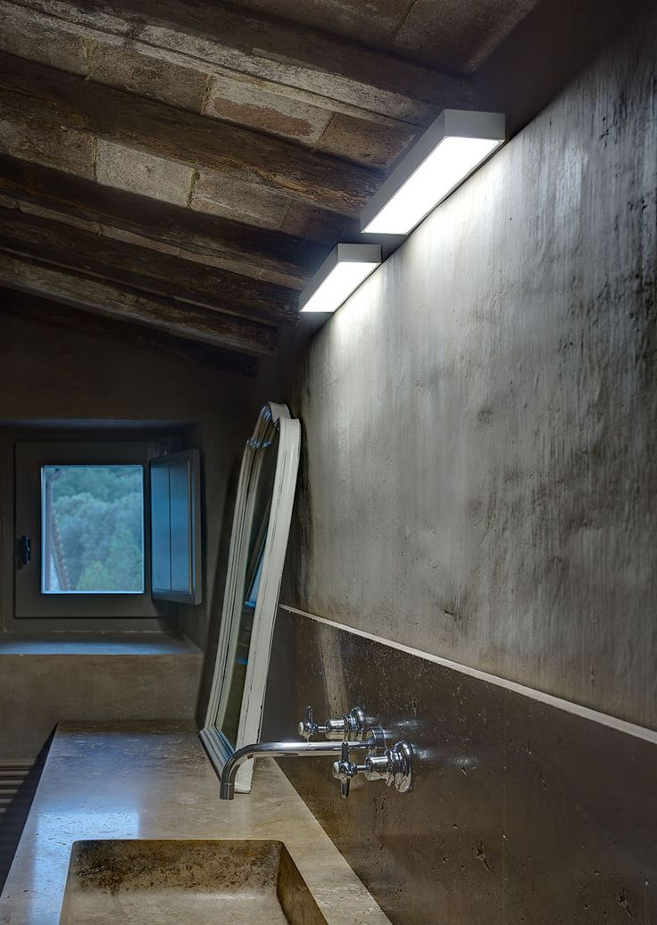 House in Montalcino. 2015 Project: Gerda Vossaert Architect Lighting project: Davide Groppi and Daniele Sprega. Lamps: Davide Groppi. In this photo ECO wall lamp.