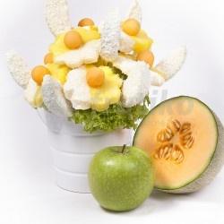 Kokosový sníh je jedlá kytice z čerstvého ovoce, která vypadá velice elegantně a zároveň skvěle chutná. Kokosový sníh ze šťavnatých kousků ananasu a zelených jablek, namočených do bílé čokolády a kokosu dokonale pojí bílou čokoládu, kokos a čerstvé ovoce a omámí Vaše smysly. Objednat květiny Frutiko online je velmi snadné, vyberte místo doručení a my Kokosový sníh i ovocné bonboniéry doručíme zdarma i s věnováním.
