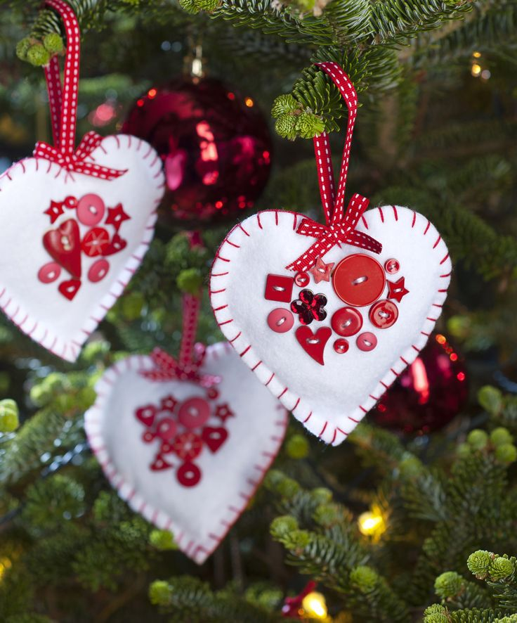 It's always nice to have a few new decorations on the tree each year. These felt hearts are easy to sew and also look great hung up from the mantelpiece or strung up as bunting.