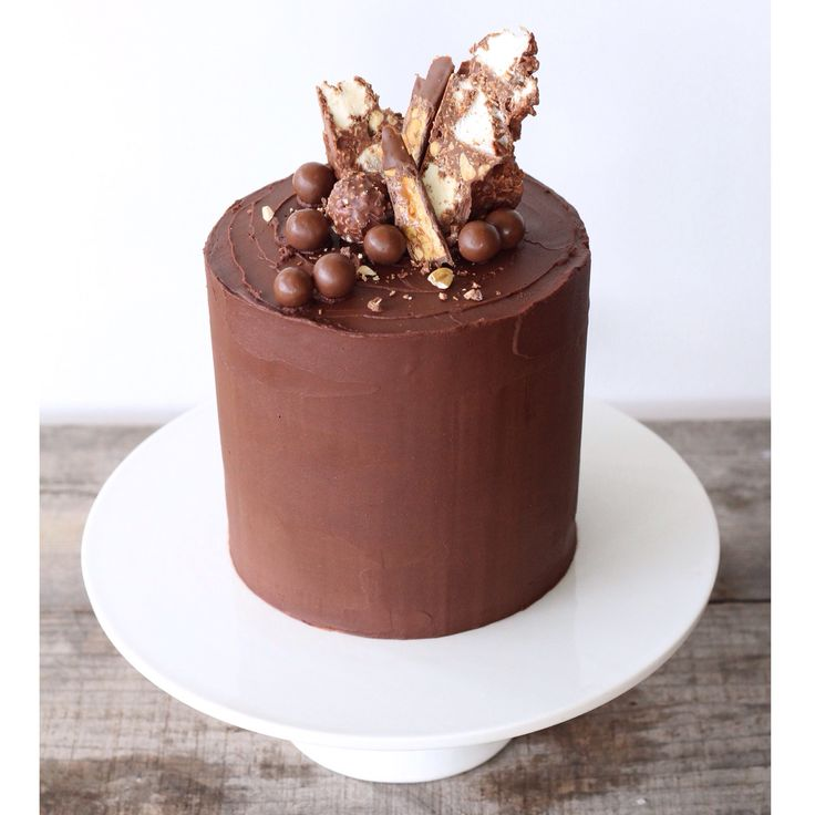 Layers of dark chocolate cake sandwiched between cookies and cream buttercream and covered with dark chocolate ganache all topped off with rocky road, maltesers and snickers!