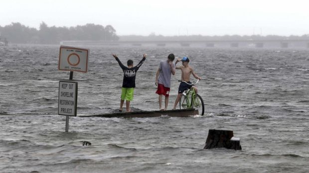 BILOXI, Miss. — Nate slogged its way across the U.S. East Coast on Monday, dumping heavy rains and bringing gusty winds to inland states as a tropical depression, a day after Hurricane Nate brought a burst of flooding and power outages to the U.S. Gulf Coast.  Nate spared the region... - #Coast, #Dumping, #East, #Heavy, #Marches, #Nate, #Rain, #TopStories