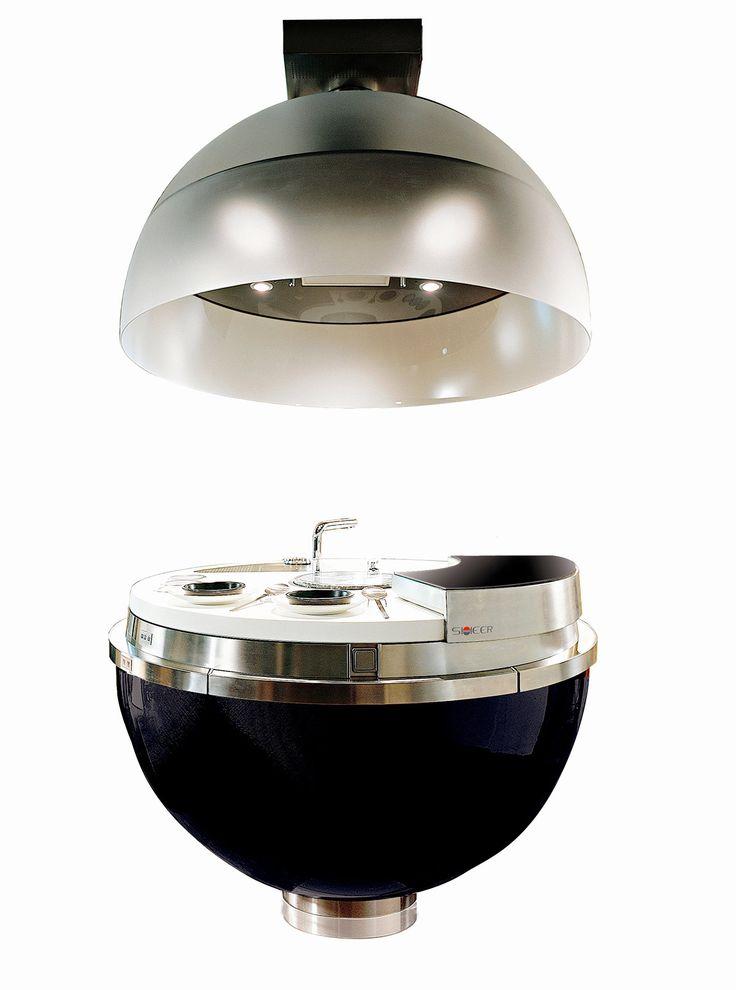 Da #cucina a #scultura: nel modello Sheer di Gatto, fuochi e lavello scompaiono quando la semisfera superiore, con cappa e illuminazione, si chiude su quella inferiore. Racchiusa in una sfera di carbonio, la cucina che misura Ø 148 x H 152 cm è completa di tavolo estraibile; ha top e lavelli in Corian® e piano cottura in vetroceramica