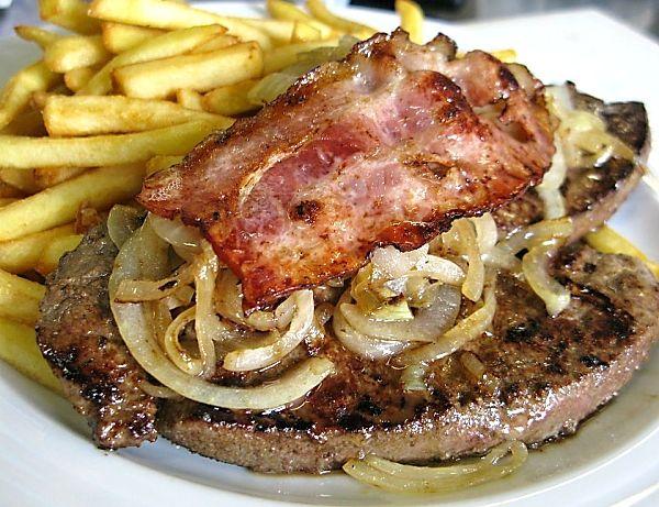 Hovězí játra sanglickou slaninou a cibulí