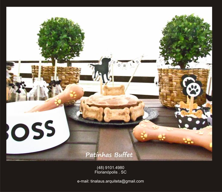 Mesa com decoração temática recheada com comidinhas do Patinhas Buffet para Pets para a festa do seu cachorro ser inesquecível!
