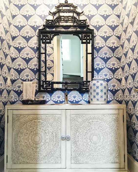 Люблю синий и белый обои в маленькой туалетной комнате и зеркало пагода eclecticallyvintage.com
