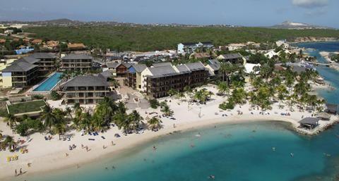 Lions Dive & Beach Resort  Bij het Lions Dive & Beach Resort in Mambo Beach hebben ze goed begrepen wat een relaxte strandvakantie inhoudt. Alle ruimte om je heen mooie kamers voor koppels en appartementen voor families of vrienden en met een nationaal onderwaterpark voor de deur. Het hotel is een icoon op Curaçao en dat komt ook omdat ze het enige 50-meterbad in de hele Caribbean hebben. Een geruststellende gedachte: je hóeft hier geen baantjes te trekken. Het blijft natuurlijk wel vakantie…